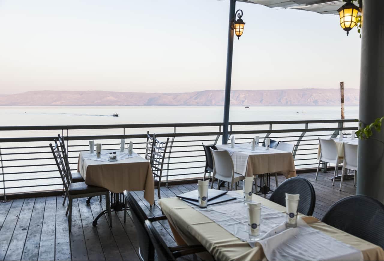 מסעדות בצפון - מסעדה בחוף הכנרת מול טבריה.
